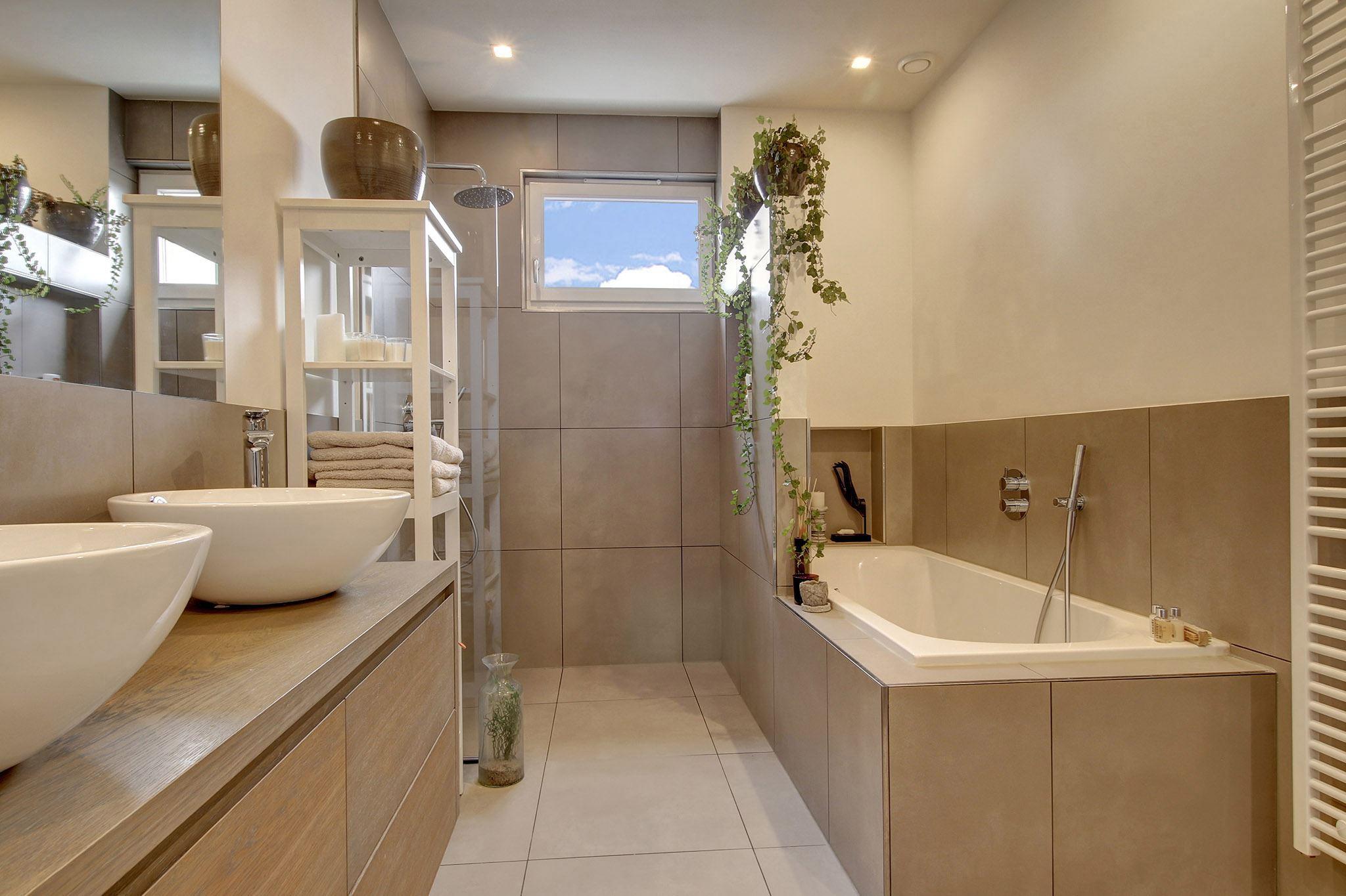 ванная комната душ двойная раковина комод полотенцесушитель ванна