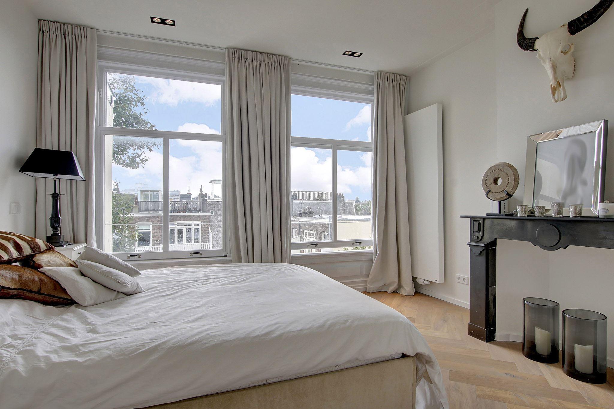 спальня кровать окно настенный радиатор отопления камин портал декор свечи