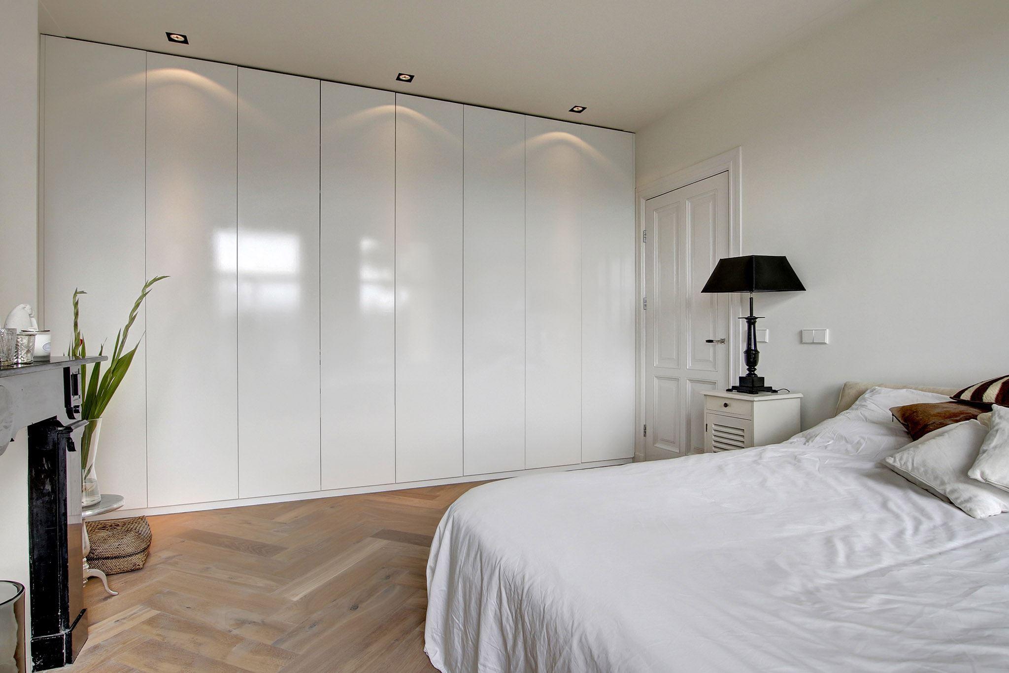 спальня кровать паркет елочка встроенный шкаф белые гладкие фасады