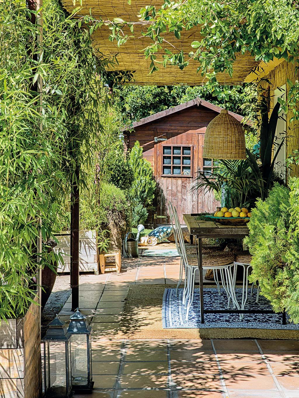 терраса соломенный навес плетеная лампа уличная садовая мебель ящики с растениями