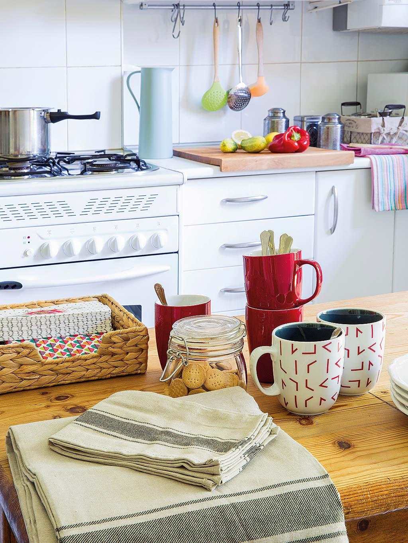 кухонная мебель белые фасады плита столешница