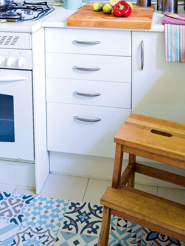 кухонная мебель белые фасады пол плитка с узором лесенка
