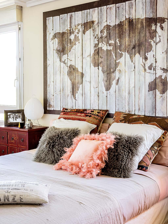 спальня кровать изголовье панно текстиль подушки прикроватные тумбы