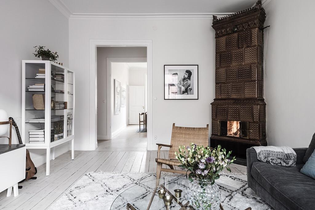 скандинавская израсцовая печь гостиная диван ковер шкаф витрина