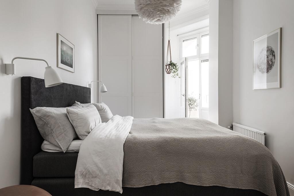 спальня кровать изголовье текстиль платяной шкаф выход на балкон