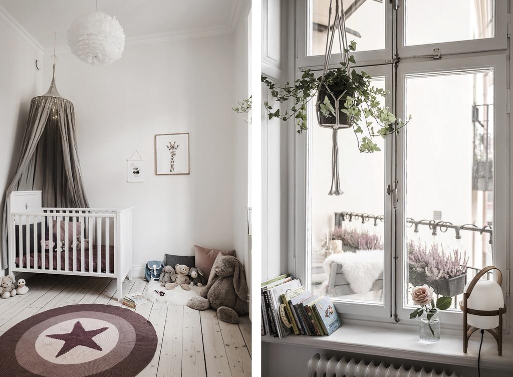 детская комната кровать полог балдахин игрушки деревянный пол круглый коврик окно подоконник книги светильник