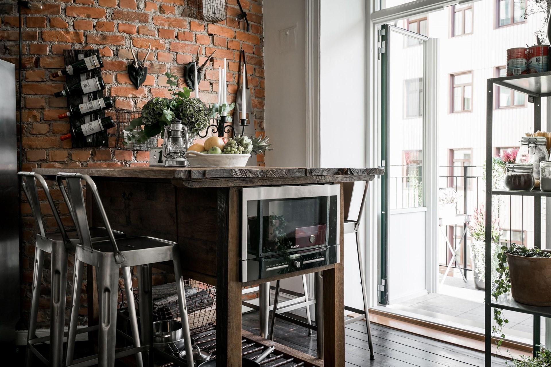 кухня кирпич деревянный пол обеденный стол микроволновка стулья tolix балкон
