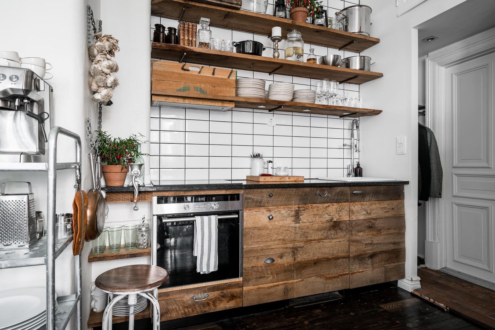 кухонная мебель деревянные фасады полки посуда встроенная вытяжка варочная панель духовка плитка кабанчик