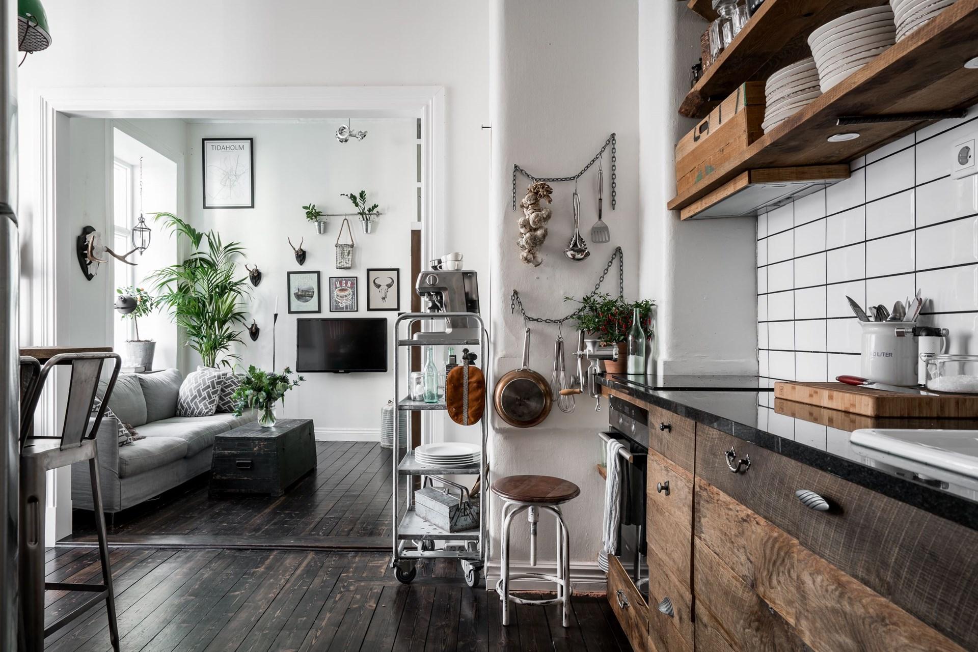 кухня гостиная деревянный темный пол дивпн телевизор