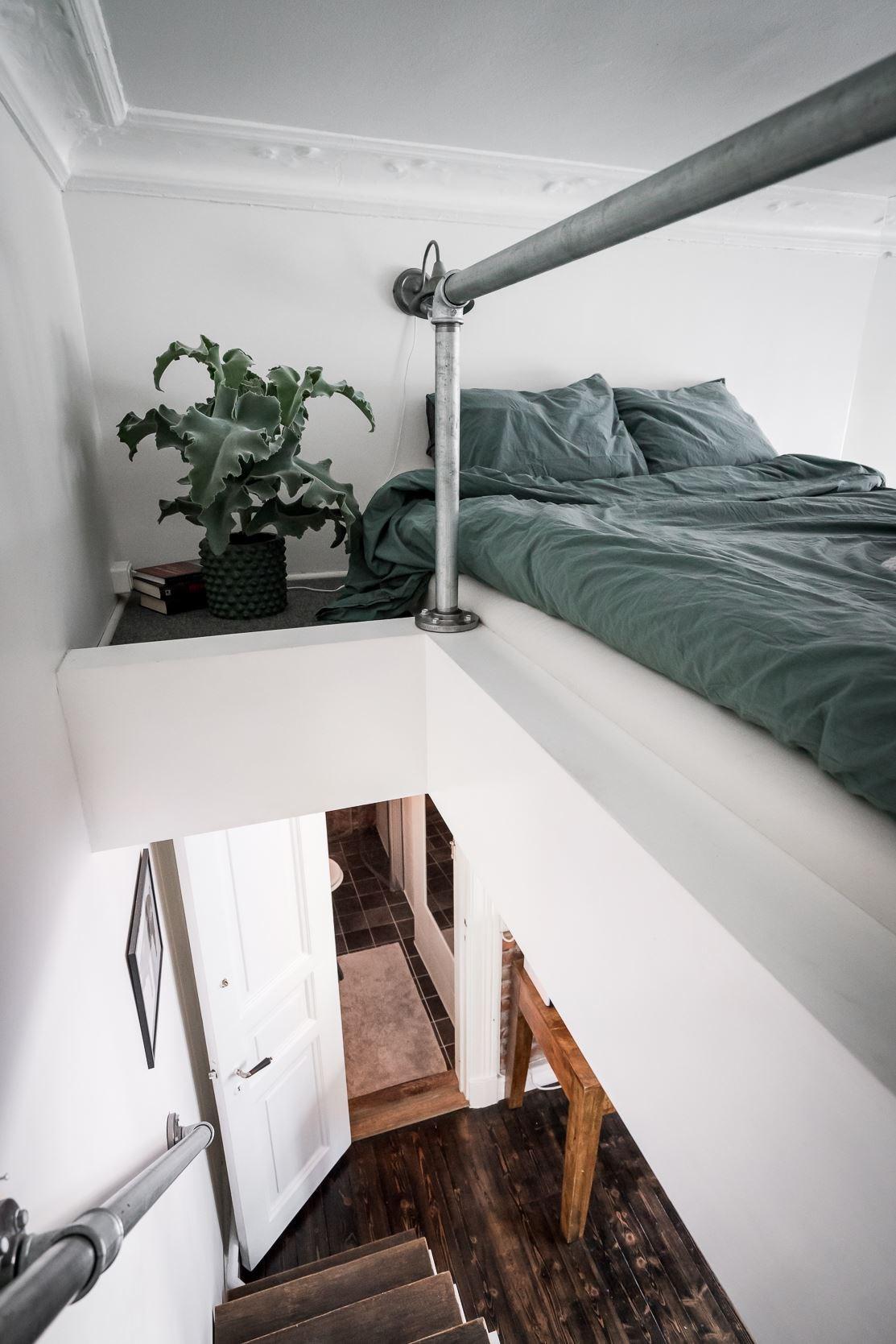 антресоли лестница ступени перила кровать