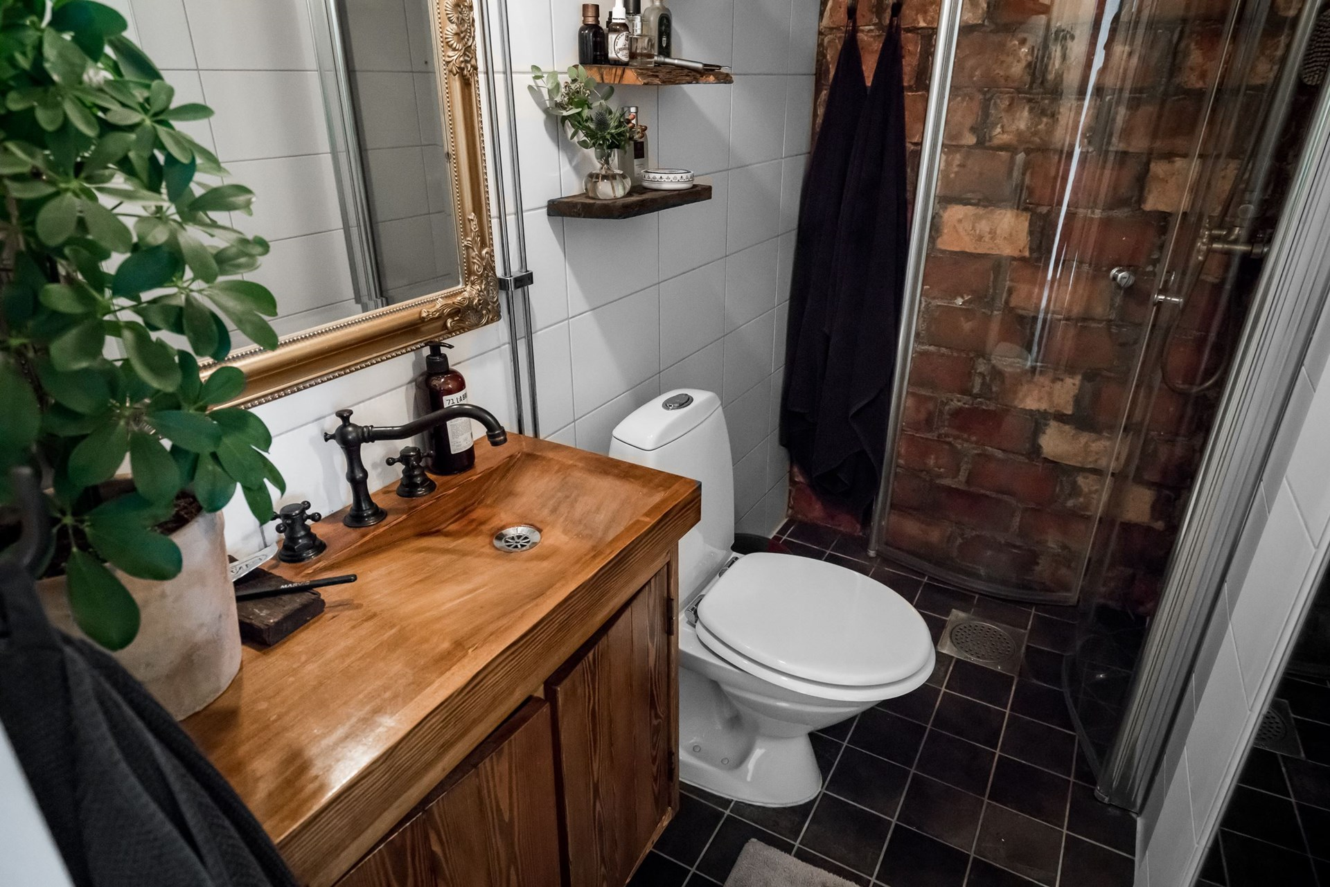 санузел душ трап кирпичная стена деревянная раковина смеситель комод зеркало рама