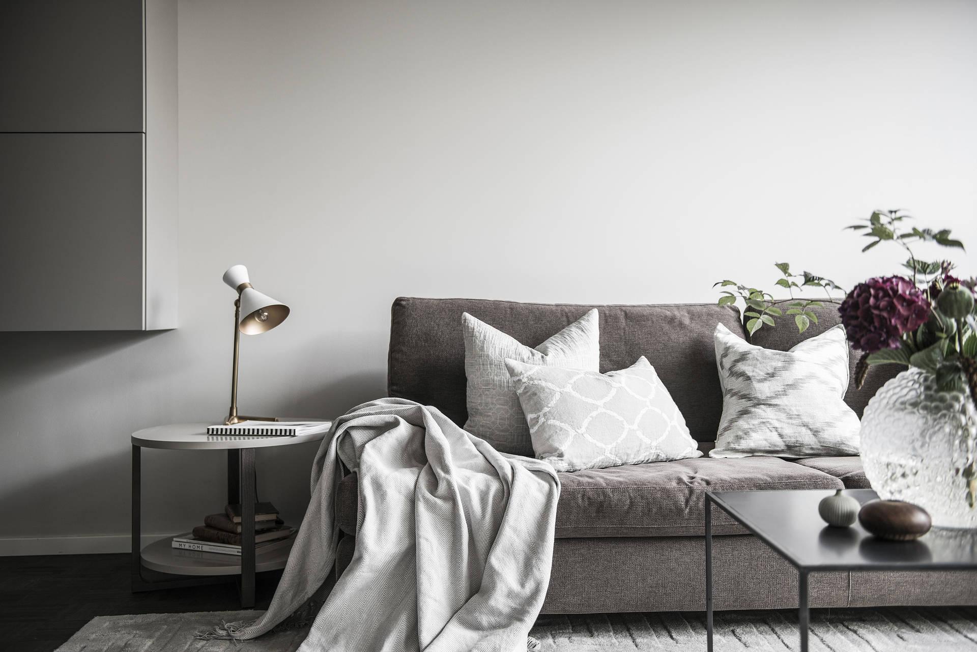 диван подушки придиванный столик журнальный стол