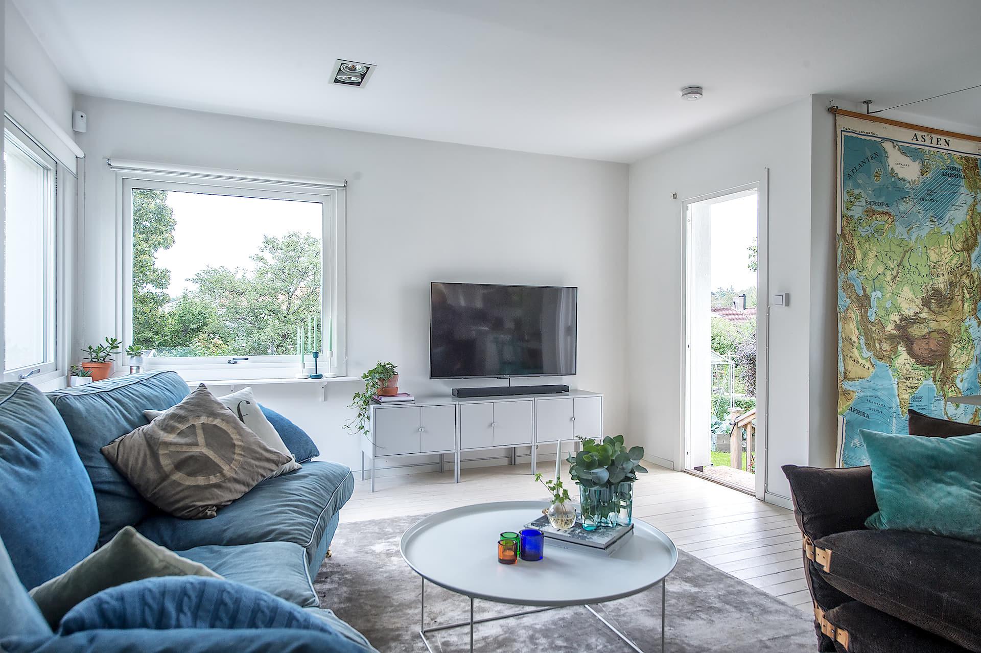 гостиная телевизор синий диван круглый столик