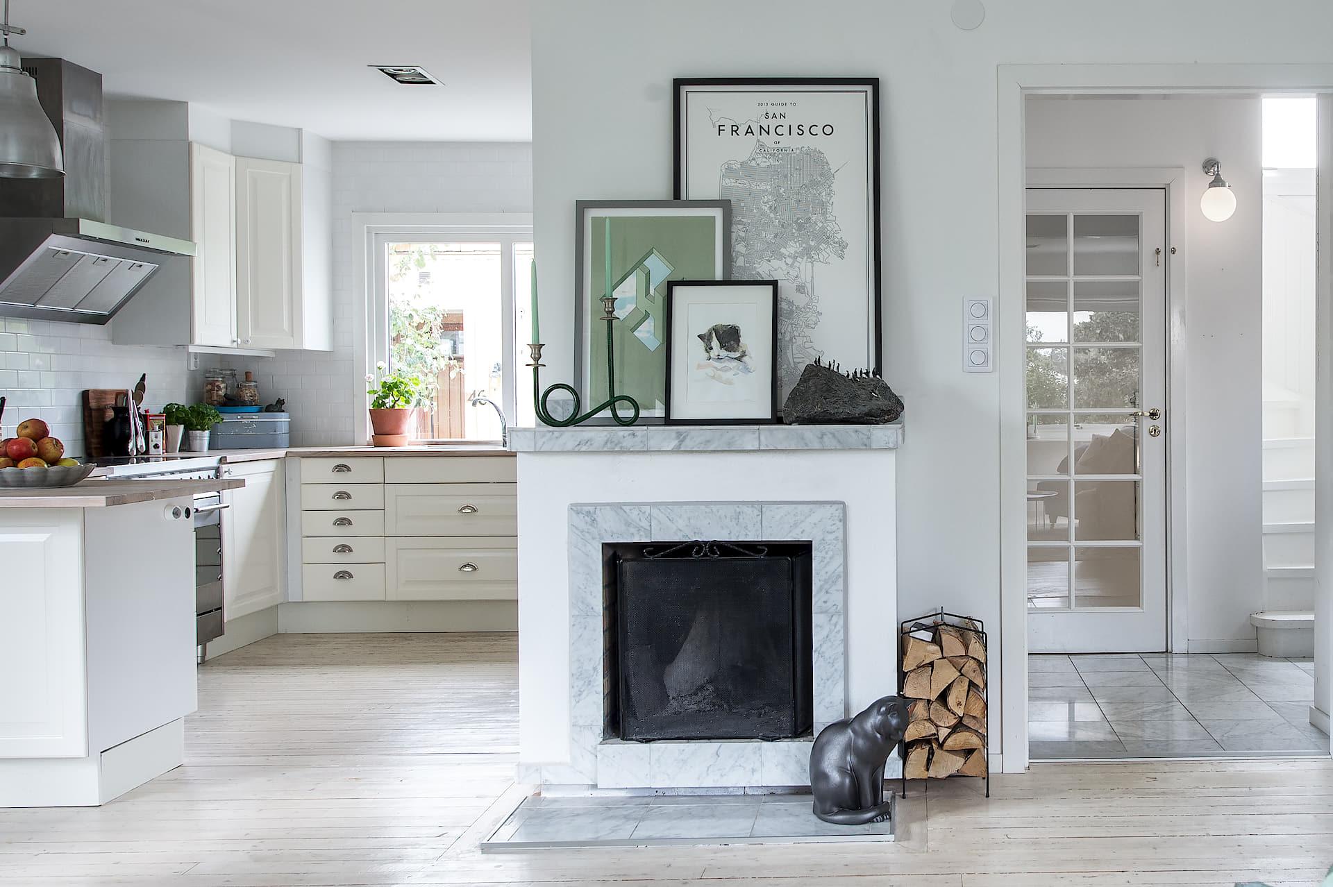 камин деревянный пол кухня белые фасады