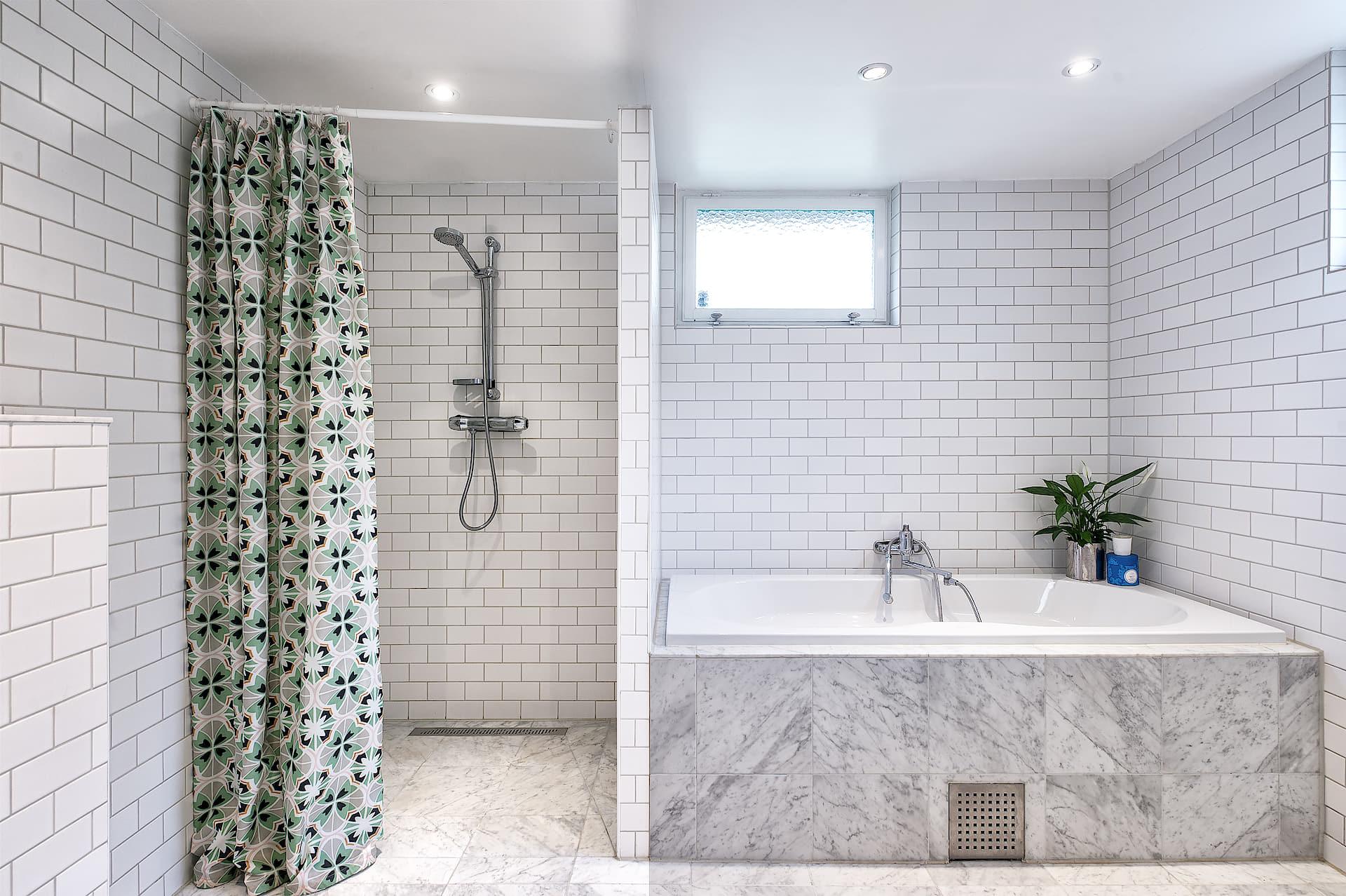 ванная комната ванна мраморная плитка душевая кабина трап штора плитка кабанчик