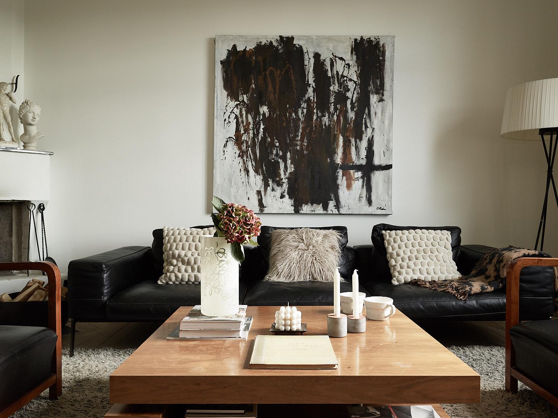 гостиная черный кожаный диван кресла журнальный стол торшер аба