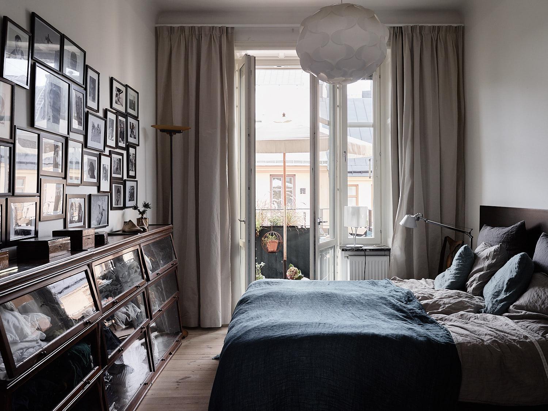 спальня кровать изголовье текстиль подушки стена галерея фото рамки