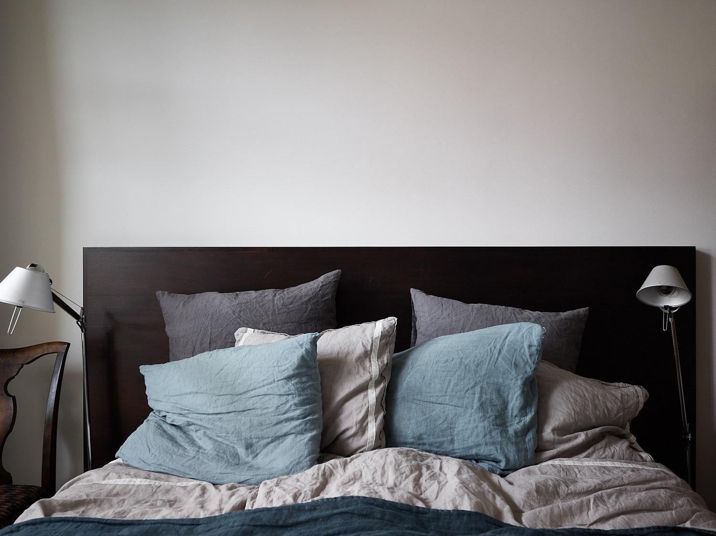 кровать изголовье подушки прикроватные лампы