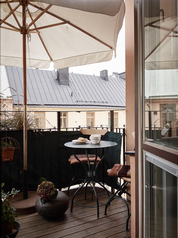балкон деревянный настил уличная мебель зонт