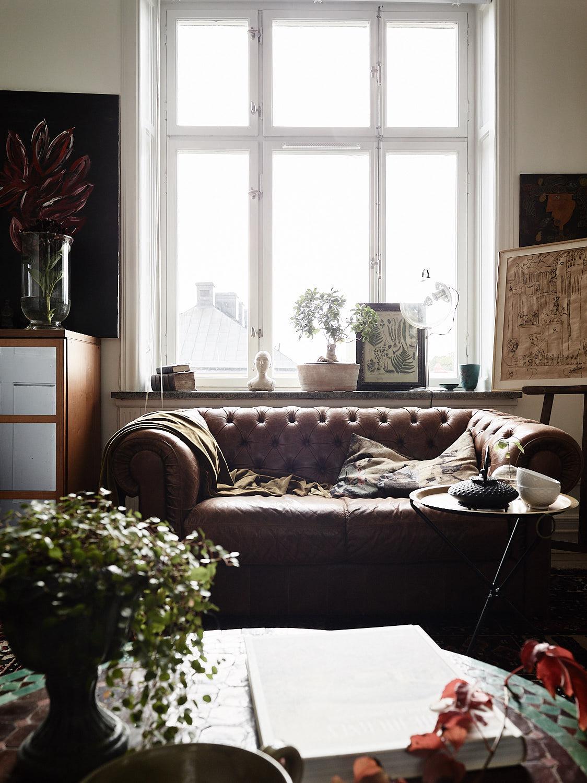 окно кожаный диван с утяжками мольберт