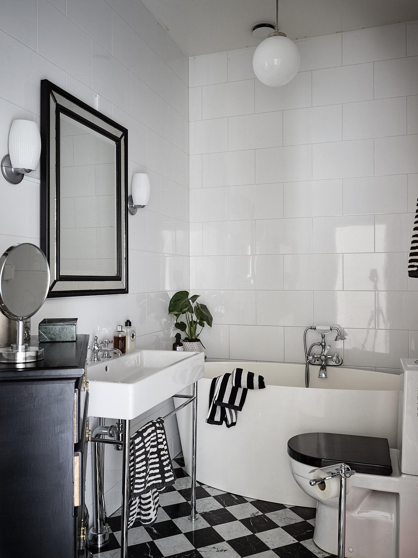 ванная комната ванна раковина смеситель зеркало светильники шахматная плитка