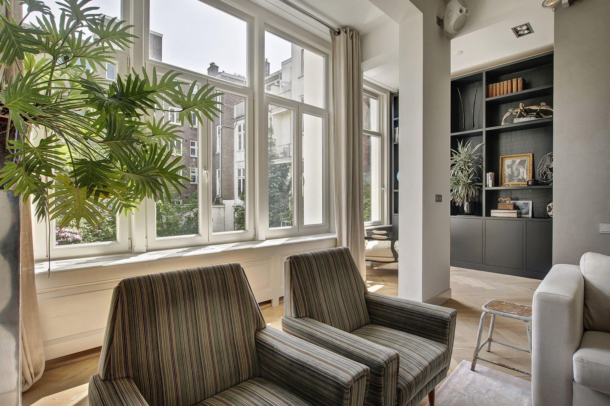комната колонны проем окна встроенный книжный шкаф