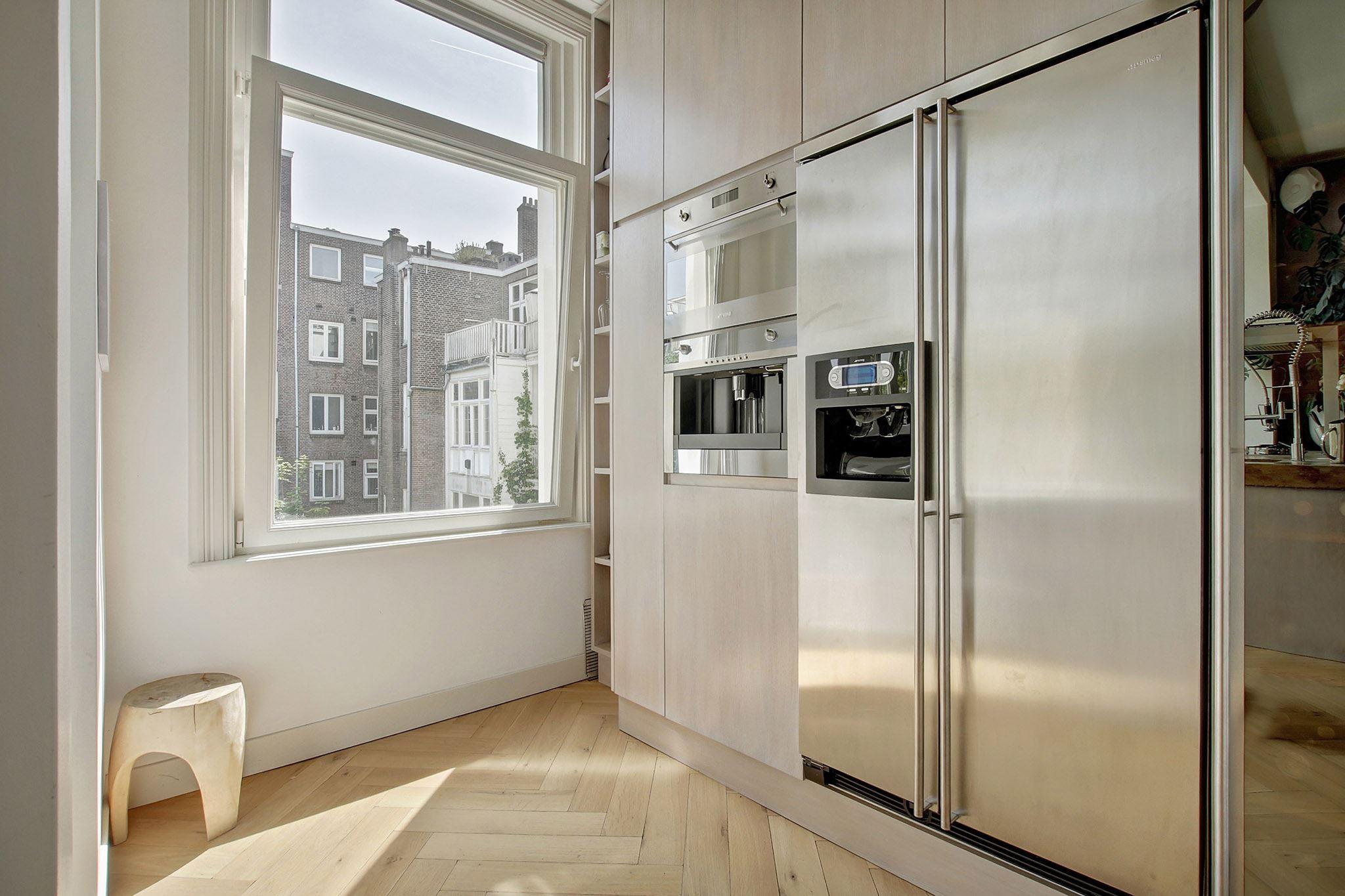 кухня встроенная техника холодильник паркет