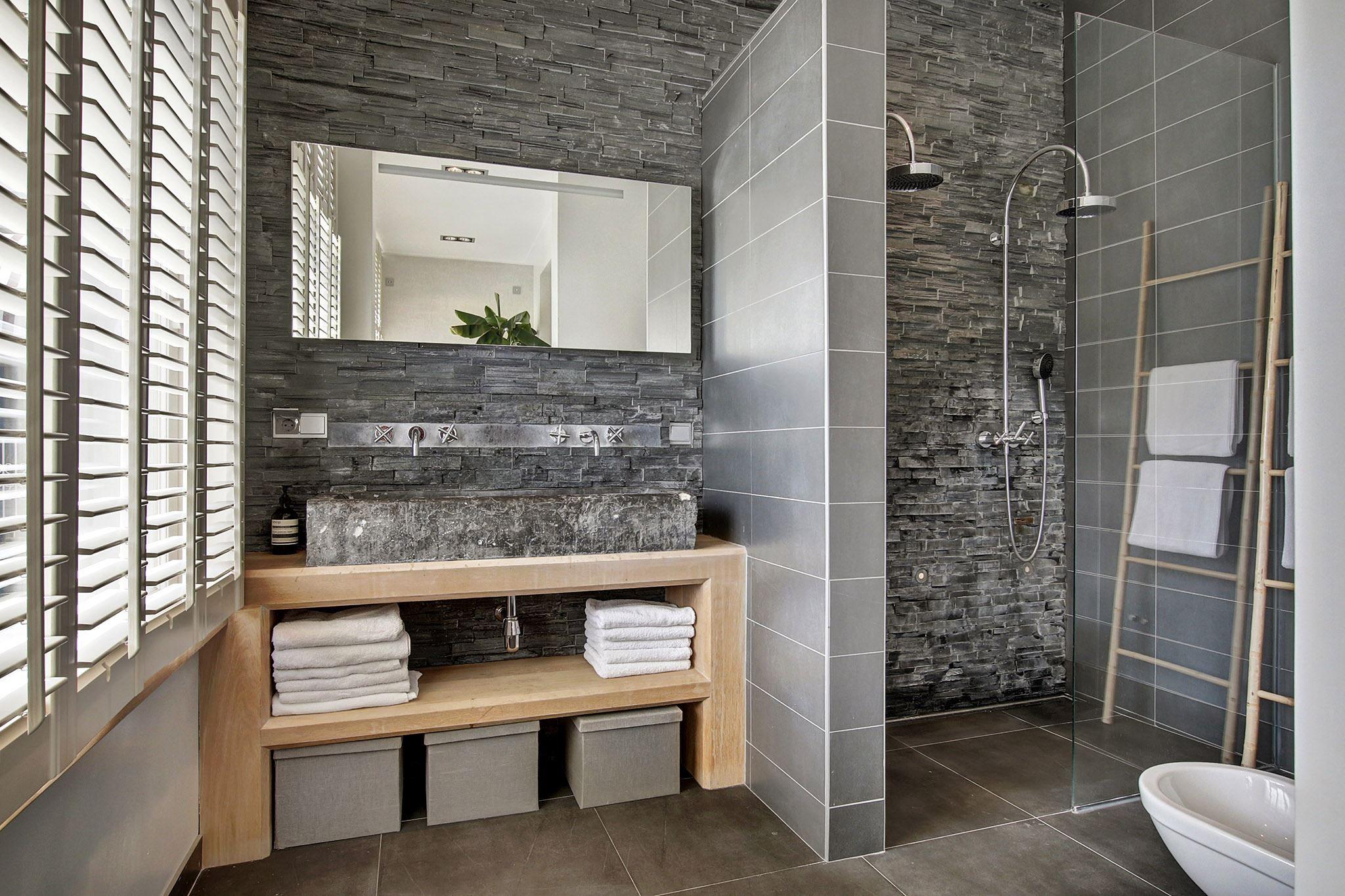 ванная комната санузел каменная стена каменная раковина встроенный смеситель душевая кабина лесенка