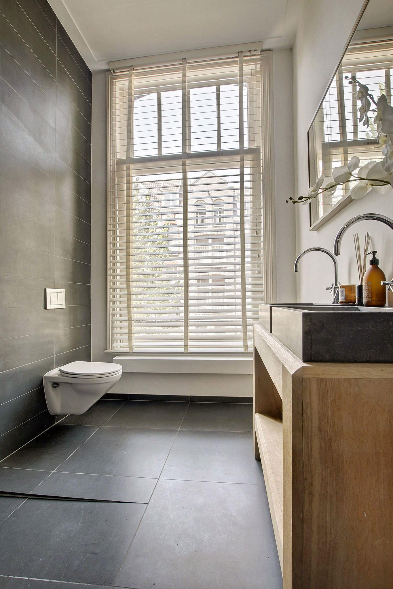 санузел душ трап двойная раковина смеситель зеркало окно жалюзи