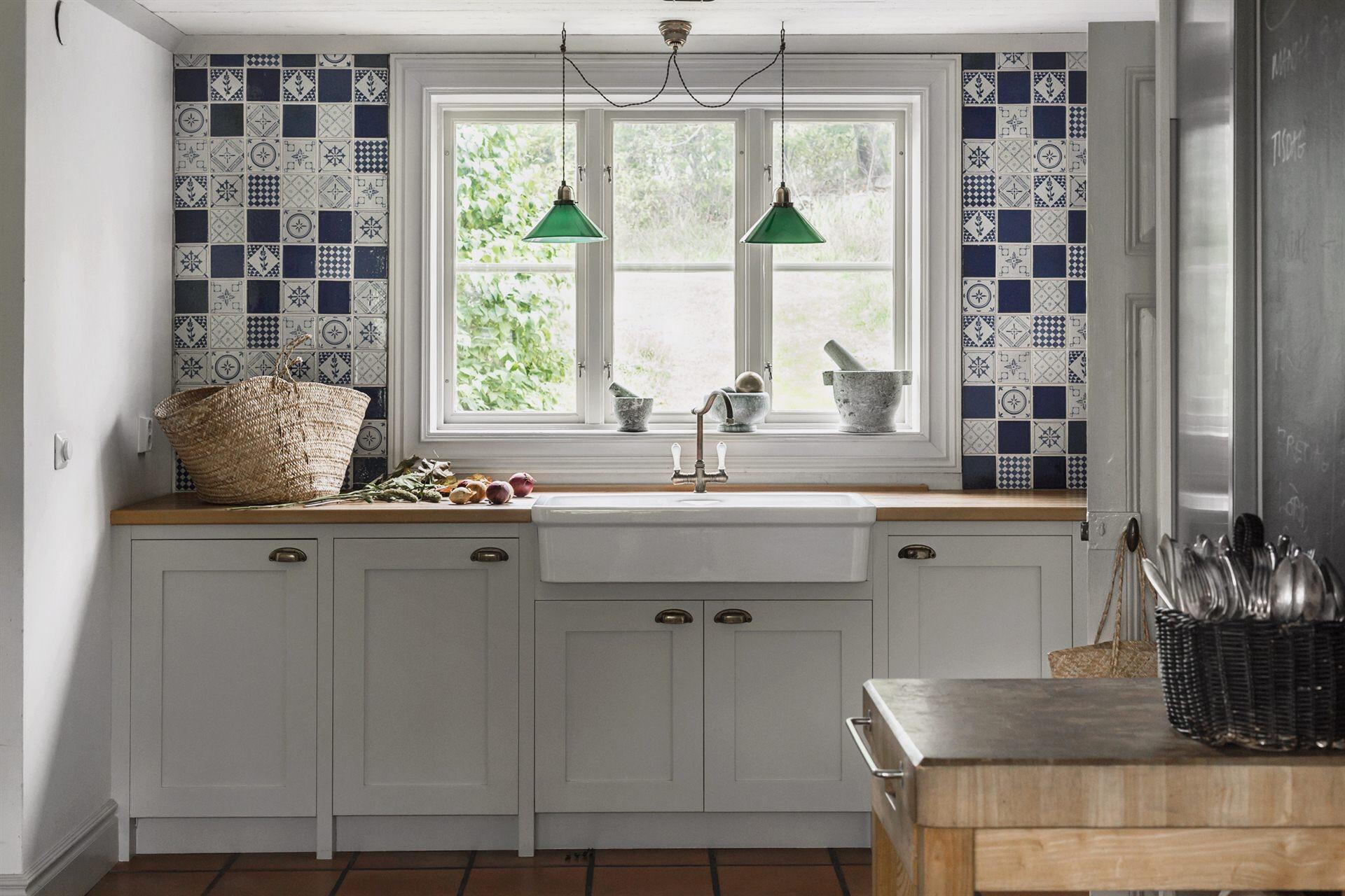 кухня окно плитка с узорами накладная раковина деревянная столешница