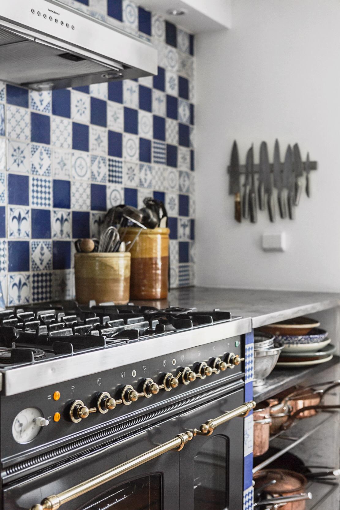 кухонная мебель полки посуда газовая плита вытяжка плитка с узорами