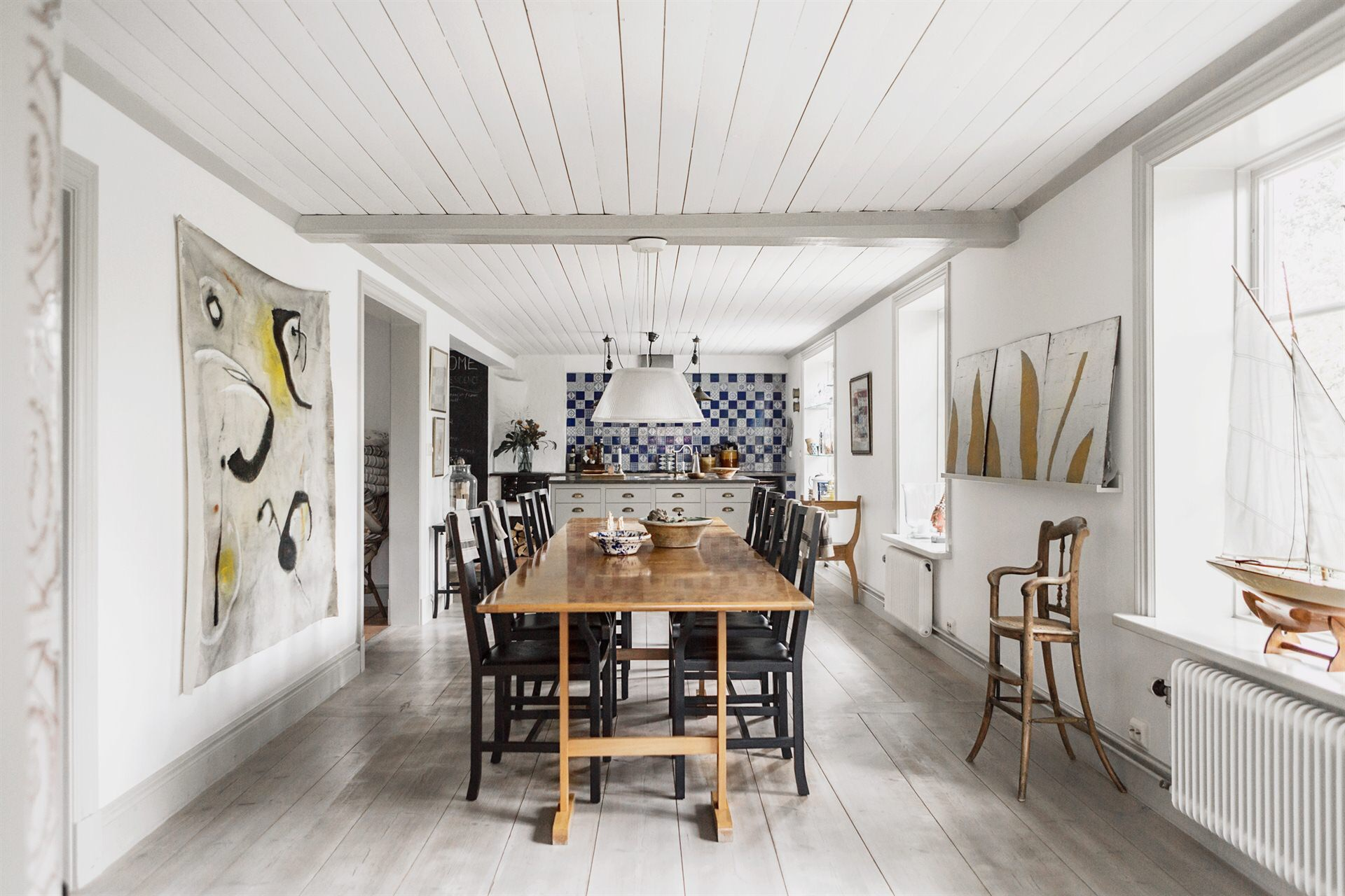 деревянный потолок стол стулья окна радиатор отопления деревянный пол