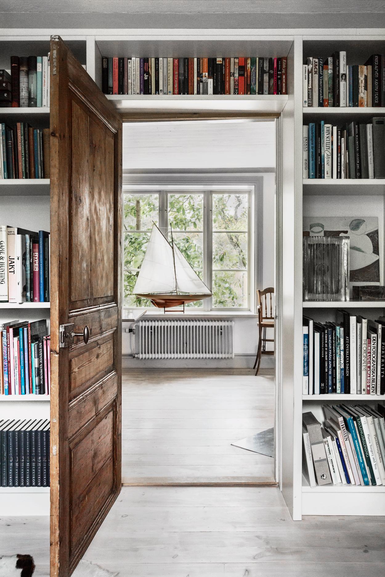дверной проем дверь книжные полки