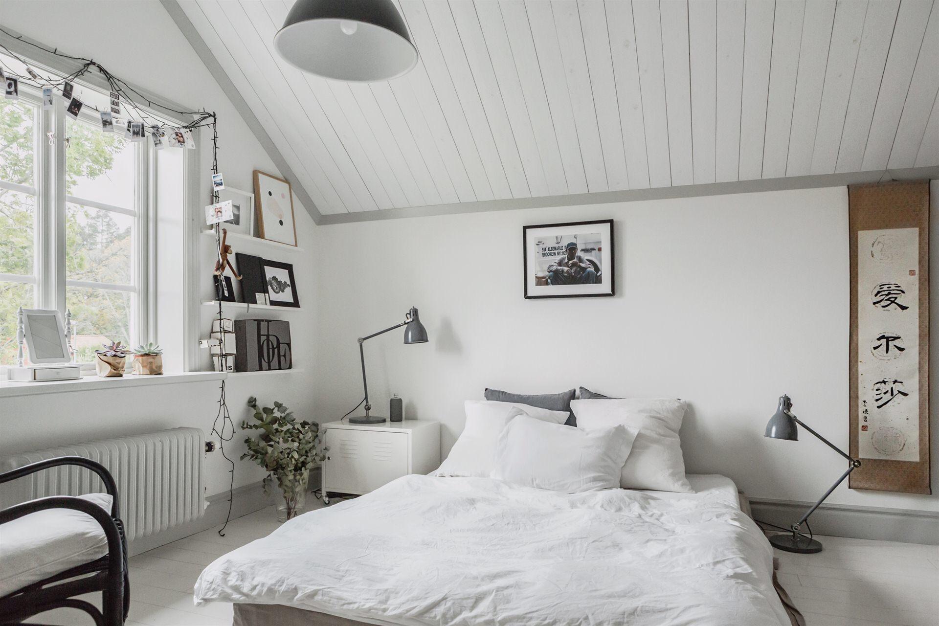 мансарда спальня кровать окно