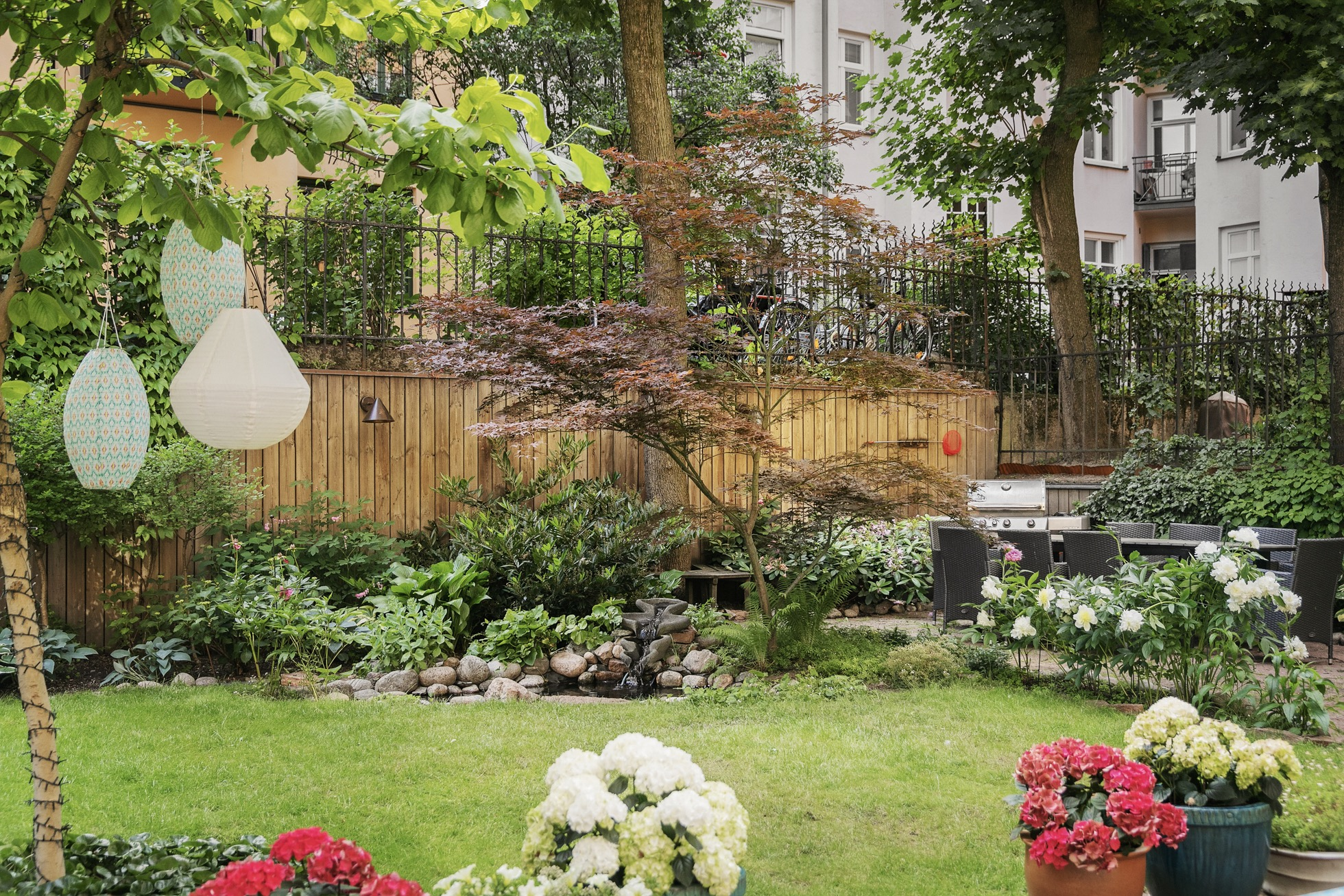 двор сад забор клумба