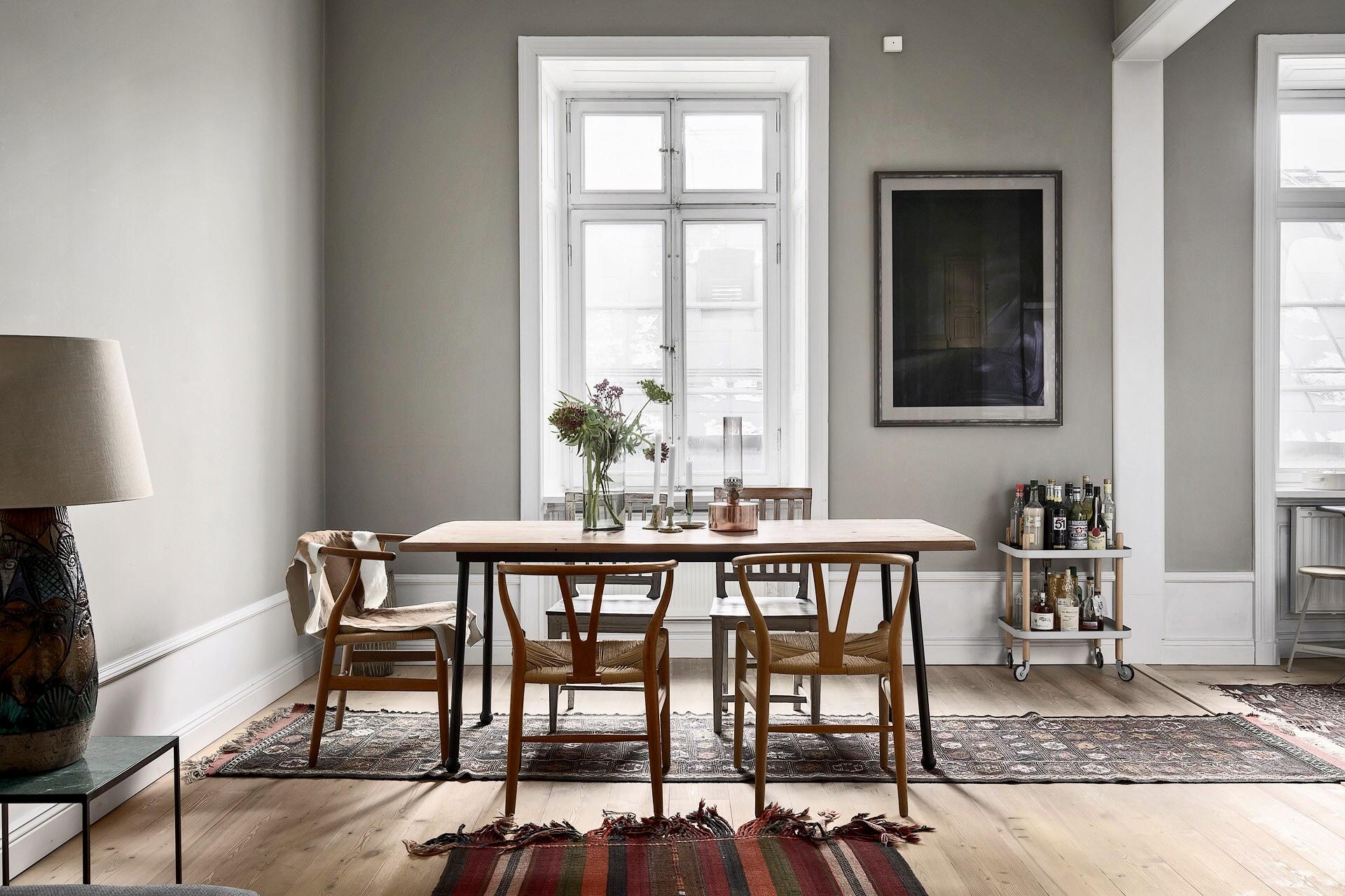 стол в гостиной