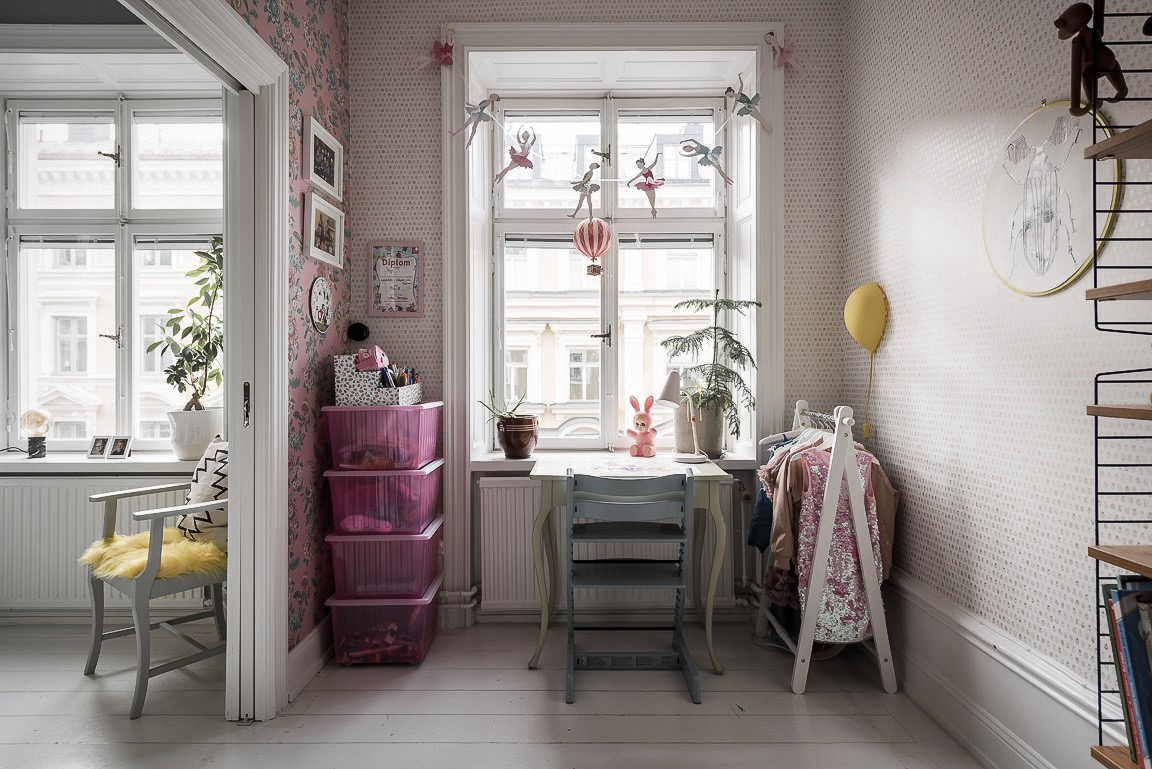 детская стол окно гирлянда