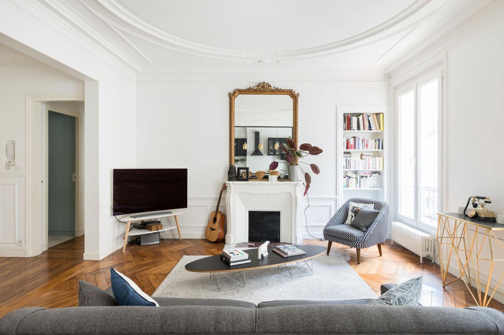 гостиная камин кресло зеркало телевизор