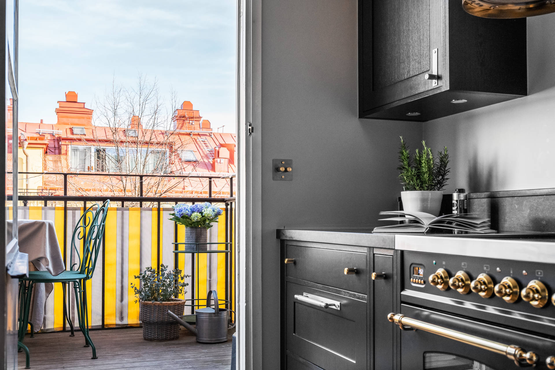 кухня с балконом