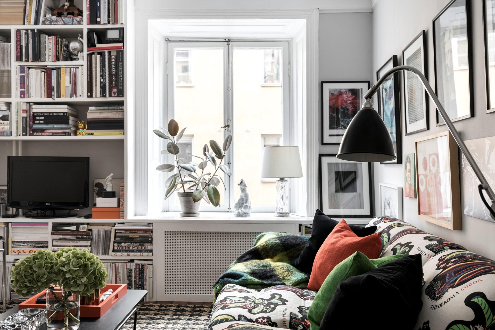 гостиная окно стеллаж