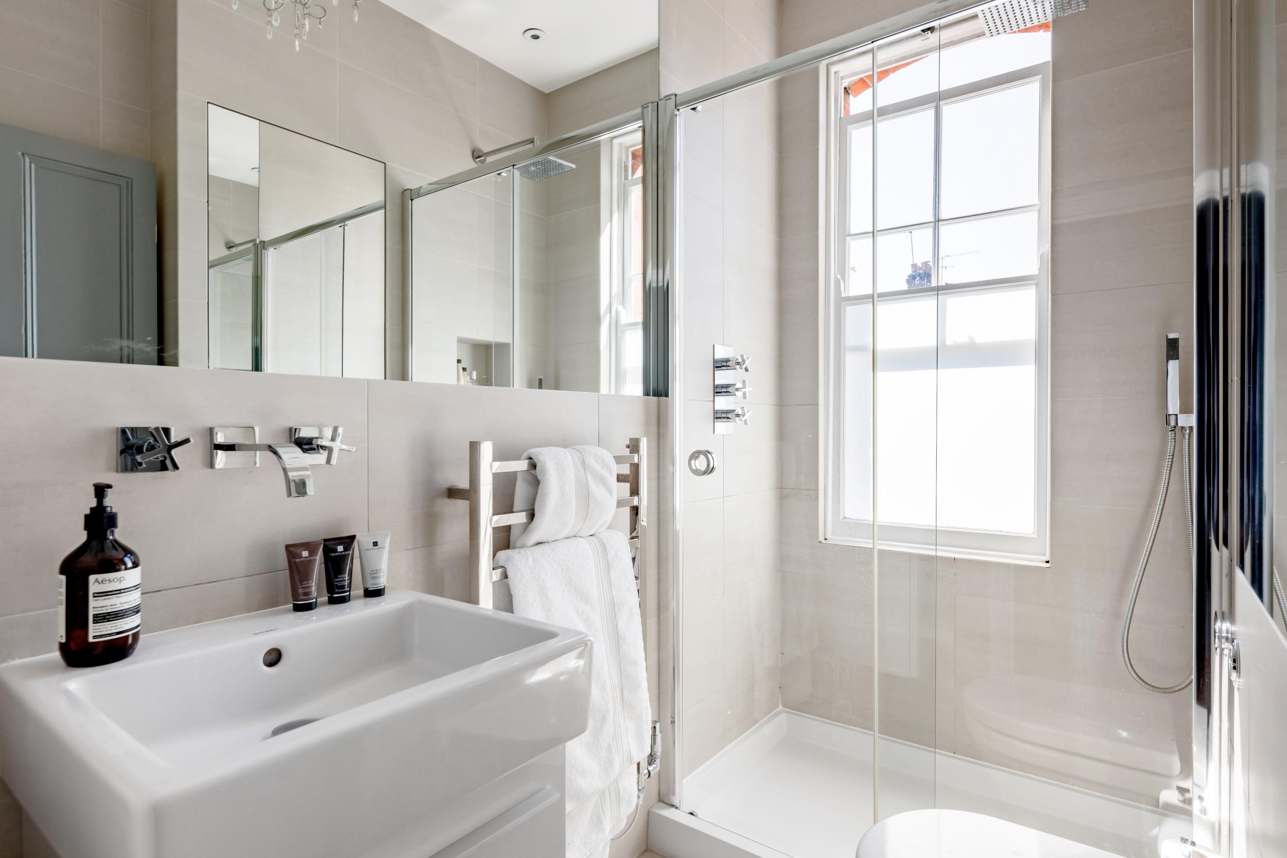 санузел душ раковина окно