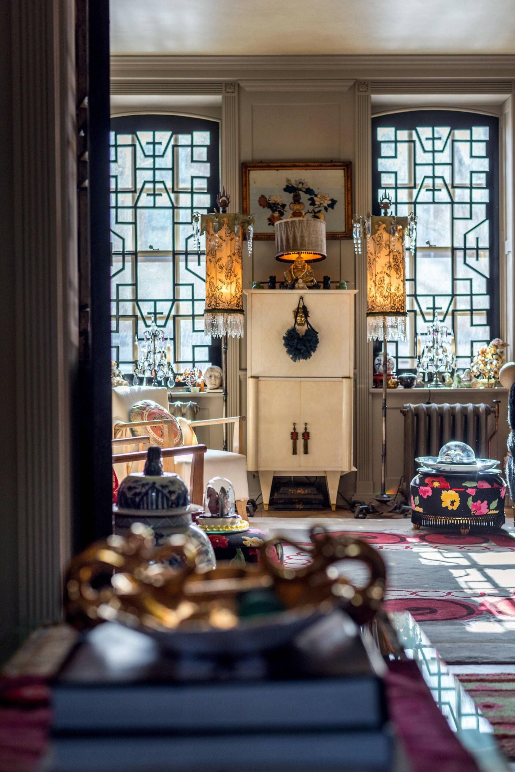 гостиная окно комод