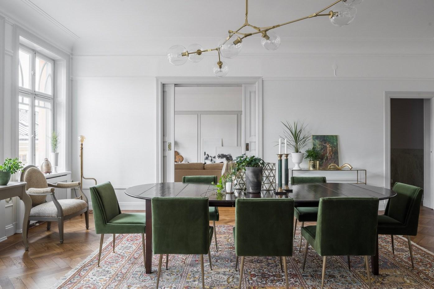 столовая стол стулья проем