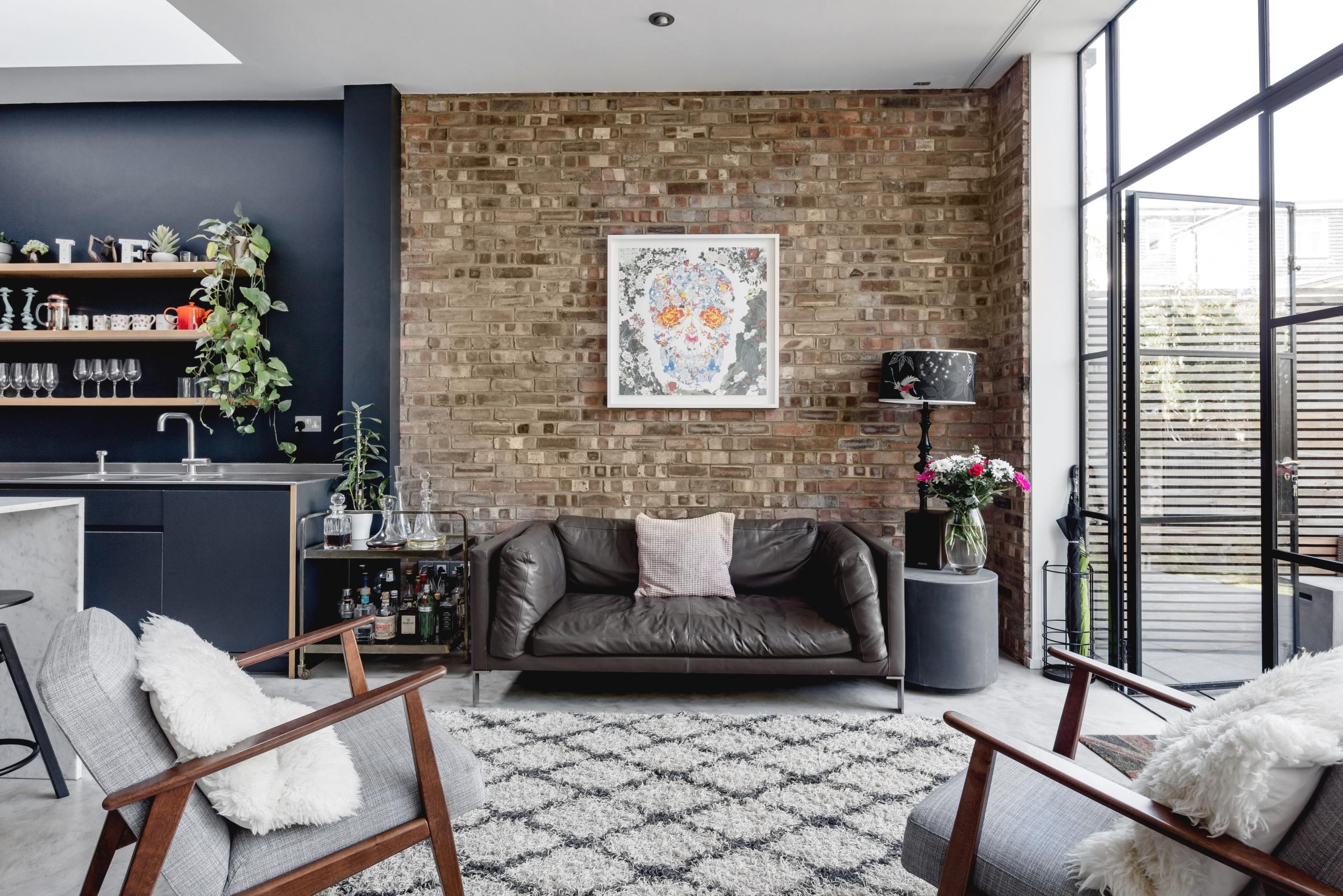 кирпичная стена кожаный диван