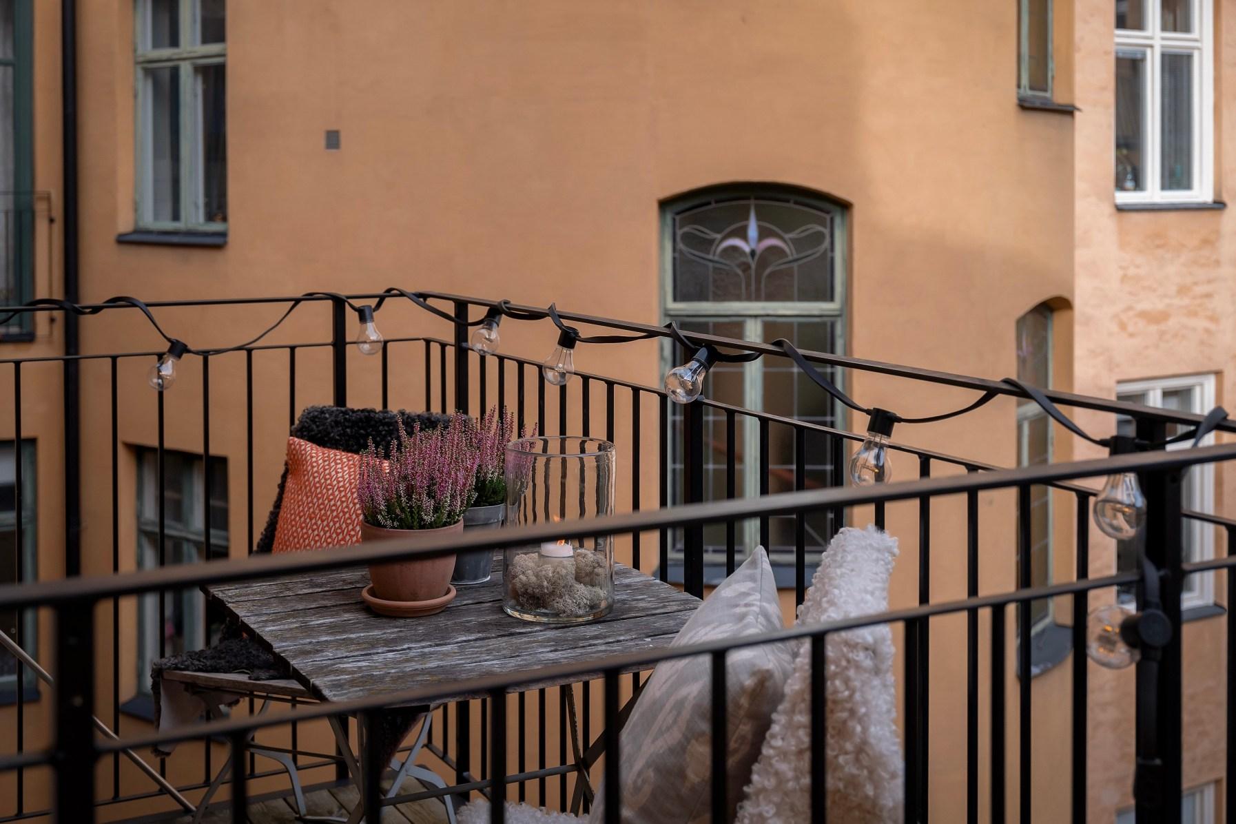 балкон с гирляндой