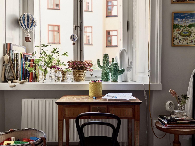 стол в детской комнате окно
