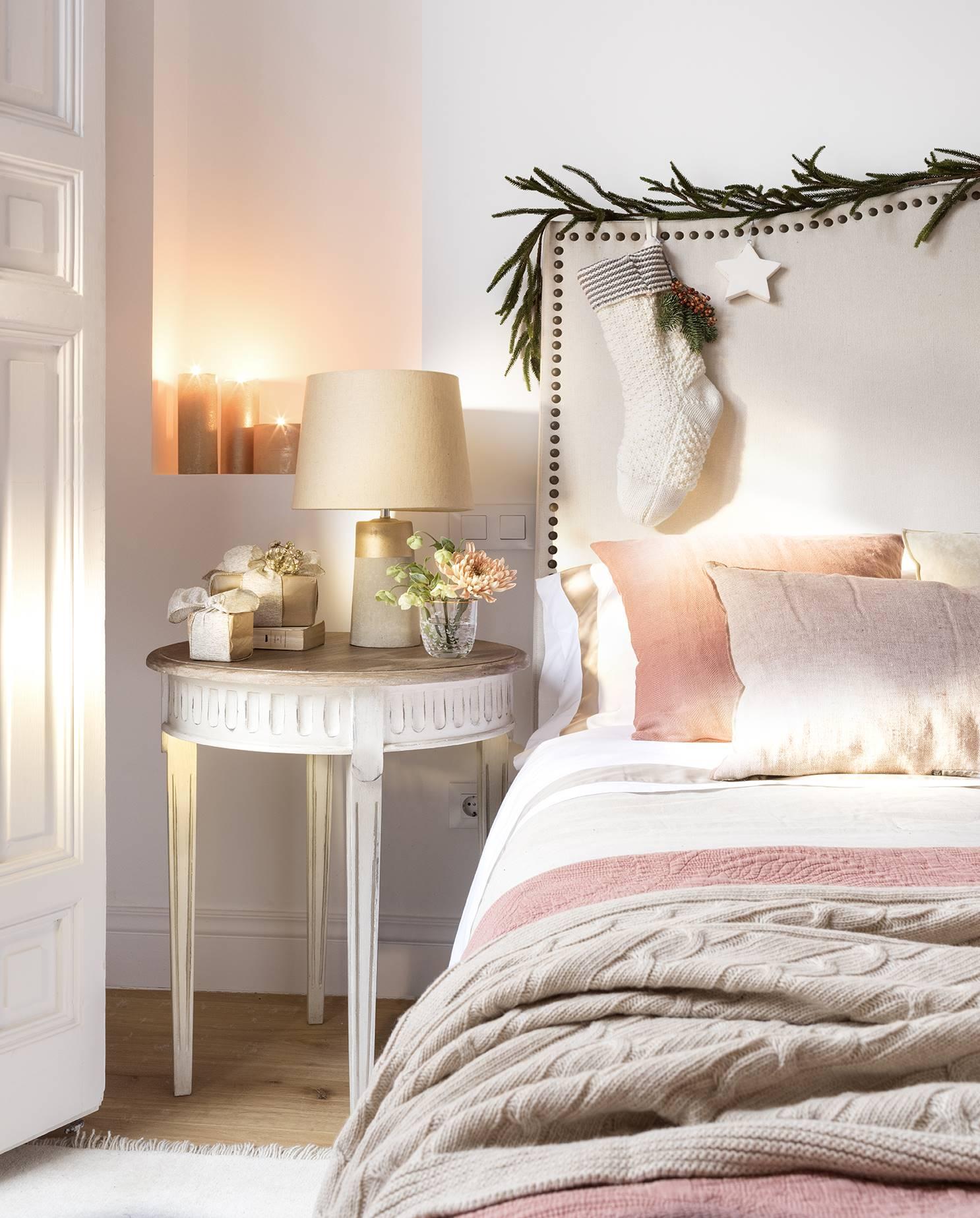 новогодний декор в спальне изголовье кровати