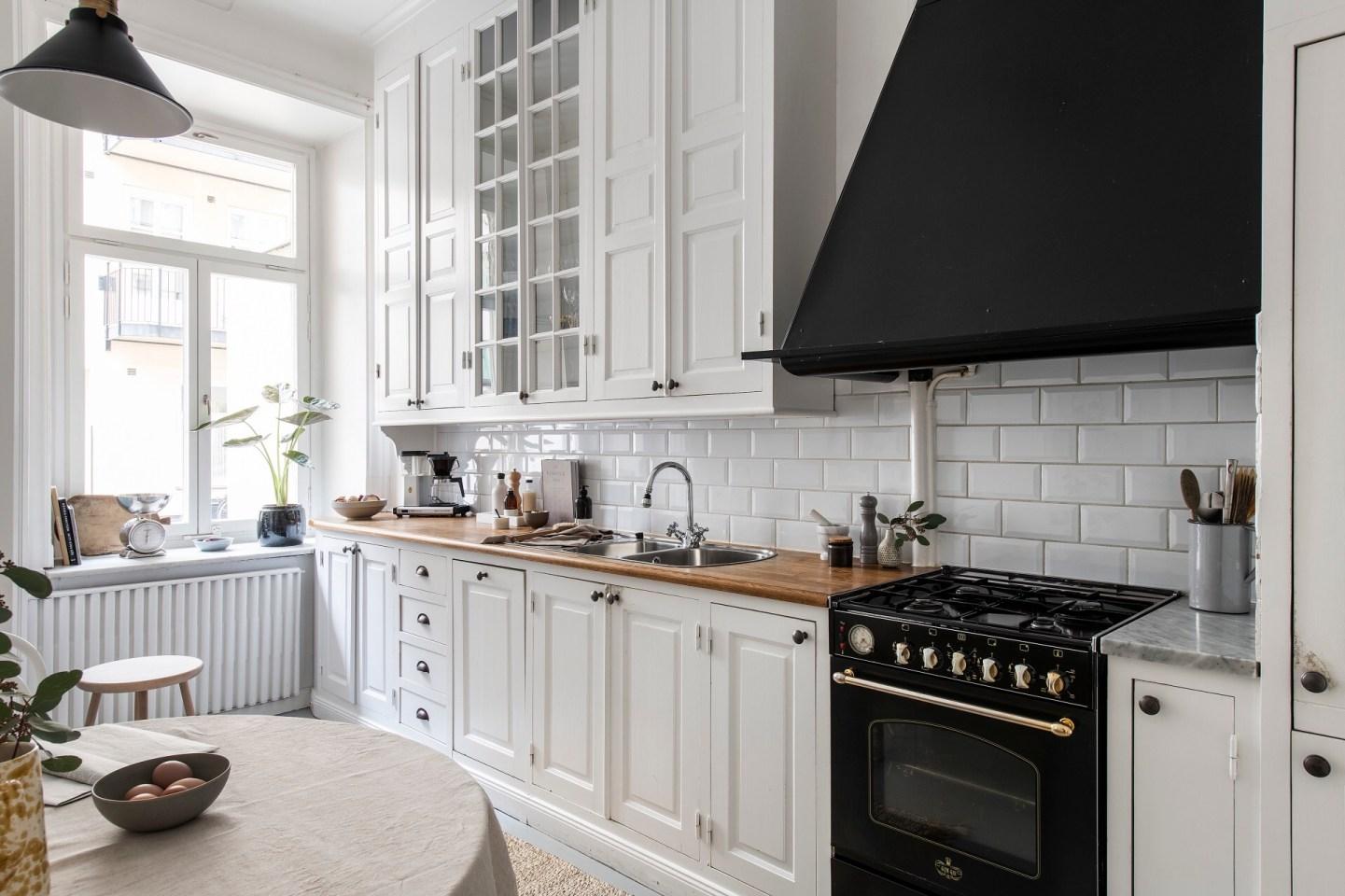 белая кухня плита вытяжка