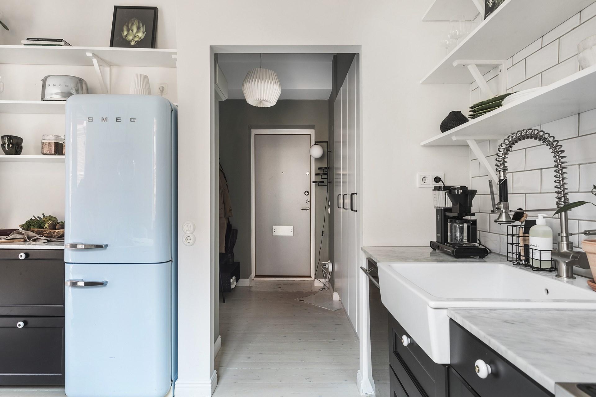квартира 40 квм кухня голубой холодильник коридор