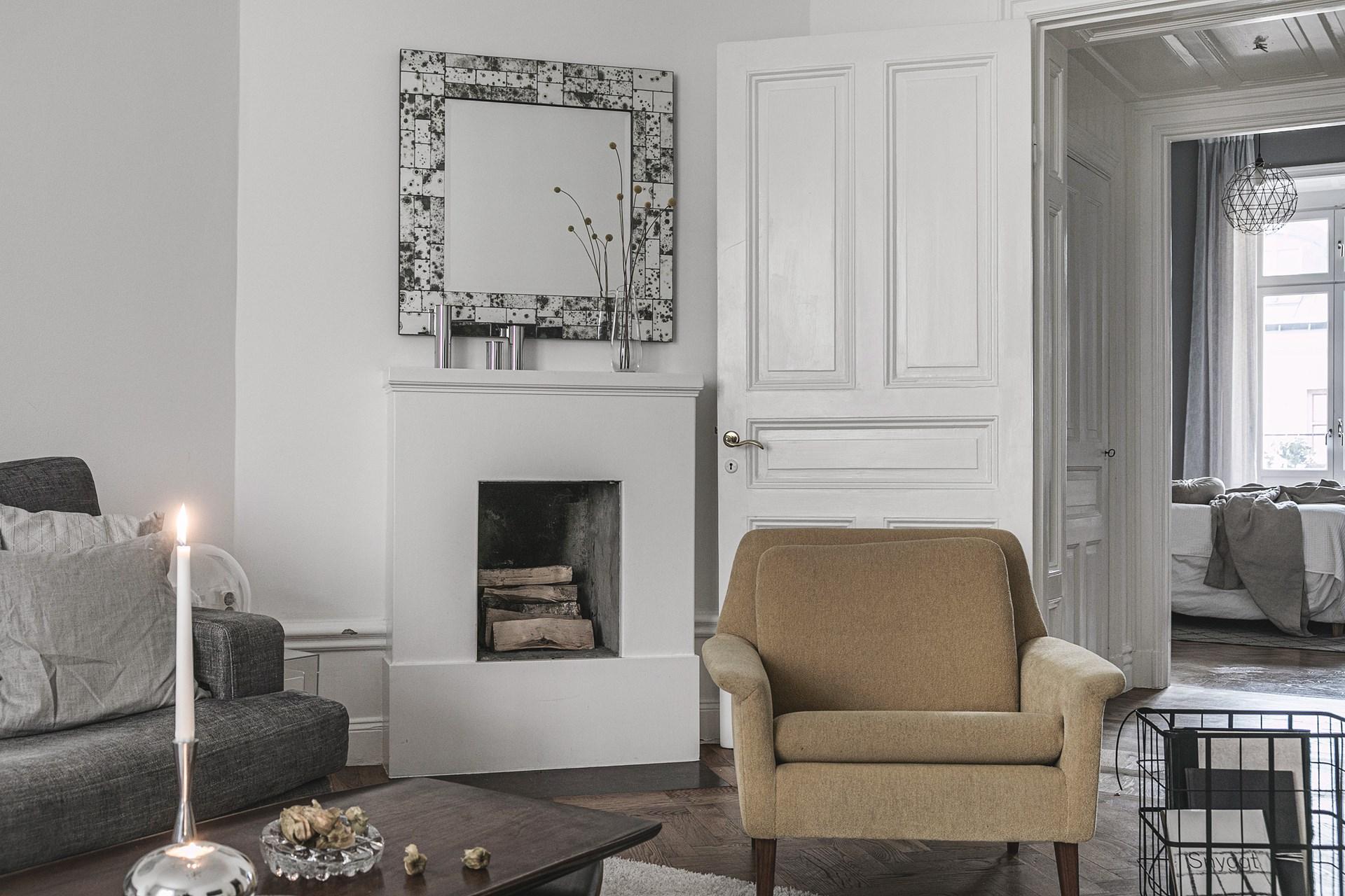 квартира 89 квм гостиная камин кресло